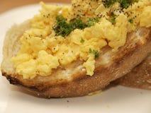 Durcheinandergemischtes Ei auf Toast Stockfotografie