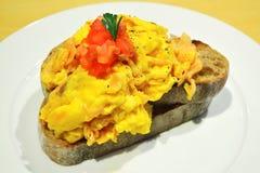 Durcheinandergemischtes Ei auf Toast Lizenzfreies Stockfoto