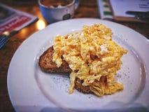 Durcheinandergemischtes Ei des Frühstücks auf Toast Lizenzfreie Stockbilder