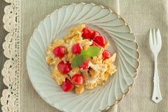 Durcheinandergemischtes Ei mit Tomaten Lizenzfreie Stockfotos
