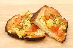Durcheinandergemischtes Ei und geräucherter Lachs Stockfoto