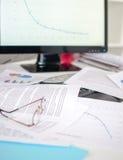 Durcheinandergeworfener Schreibtisch Lizenzfreies Stockfoto
