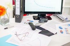 Durcheinandergeworfener Schreibtisch Lizenzfreie Stockbilder