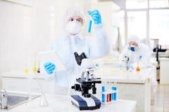 Durchführung des Experimentes mit Biohazard-Substanz stockfotos