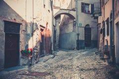 Durchgang in der alten italienischen Stadt Stockfotos