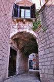Durchgang in der alten Stadt Stockbild