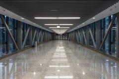 Durchgang im modernen Gebäude Stockbild