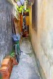 Durchgang-Laternenweinreben des Fahrrades schmale, Hoi An lizenzfreie stockbilder