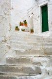 Durchgang mit Treppe in Ostuni, Puglia, Italien Lizenzfreie Stockfotografie