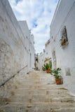 Durchgang in Ostuni, Puglia, Italien Stockbilder