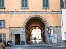 Durchgang zu Marktplatz della Cittadella in Bergamo stockbilder