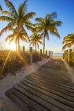 Durchgang zum Strand bei Sonnenaufgang stockfotografie