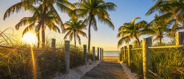 Durchgang zum Strand bei Sonnenaufgang Stockfotos