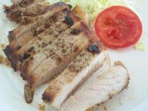 Durchgebratenes Steak mit Gemüse Stockbild