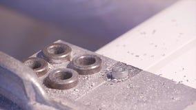 Durchlöchern Sie in Aluminium- und Metall verarbeitende elektrische Bohrmaschine gebohrt werden Bohrende Nahaufnahme des Aluminiu stockbilder