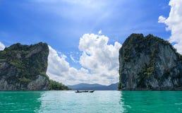 Durchlauf-Schluchtberge des Bootes reisende auf einem großen See in Thailand Lizenzfreie Stockfotos