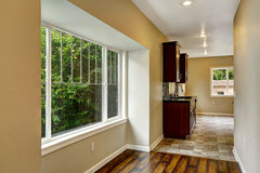 Durchlauf zum Küchenraum Leerer Hausinnenraum Stockfotos