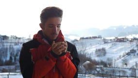 Durchnässter heißer Espresso des hübschen touristischen Mannes auf einer Plattform im Winter stock footage