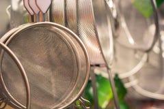 Durchschlagenkeukengerei in de vorm van een kleine steelpan of een emmer met gaten op de bodem stock foto