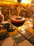 Durchschlags-Cocktail mit Schaum und Marionette am Restaurant stockfotografie