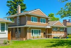 Durchschnittliches Wohnhaus in der perfekten Nachbarschaft Abbildung 3d, getrennt auf weißem Hintergrund lizenzfreie stockfotos