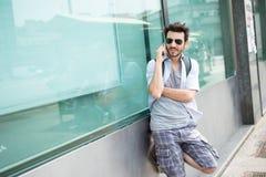 Durchschnittsbürger am Telefon stockfotos