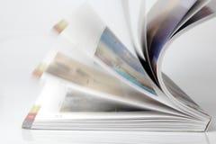 Durchstöbern durch eine Zeitschrift Lizenzfreies Stockfoto