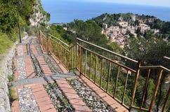 Durchtränken Sie Durchlauf über der sizilianischen Stadt Taormina Stockbilder