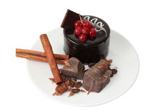 Durcissez avec de la cannelle et des morceaux de chocolat foncé sur le plat blanc Photo libre de droits