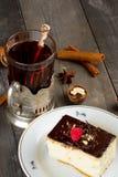 Durcissez avec de la crème de chocolat et une tasse de thé Image libre de droits