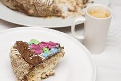 Durcissez avec de la crème, les écrous et la meringue avec la tasse de café image stock