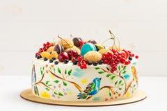 Durcissez avec les oiseaux colorés peints à la main et les baies fraîches Photo stock