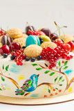 Durcissez avec les oiseaux colorés peints à la main et les baies fraîches Images stock