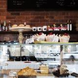 Durcissez la vitrine en café de Melbourne avec le mur rustique Photographie stock