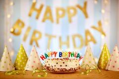 Durcissez les bougies d'anniversaire avec des lettres dans le style de vintage Photographie stock libre de droits