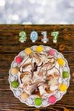 Durcissez pour la nouvelle année et le Noël, bougies proches le numéro 2017 Photographie stock libre de droits