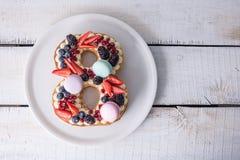 Durcissez sous forme de chiffre 8 décoré de la crème et des baies blanches Dessert doux comme cadeau pour des femmes \ 'jour de s Photos stock