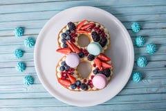 Durcissez sous forme de chiffre 8 décoré de la crème et des baies blanches Dessert doux comme cadeau pour des femmes \ 'jour de s Images stock