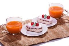 Durcissez sur l'isolat de plats et de tasses de jus sur le blanc Photo libre de droits