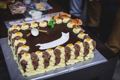 Durcit l'anniversaire avec du chocolat une crème, endroit pour le nom image stock