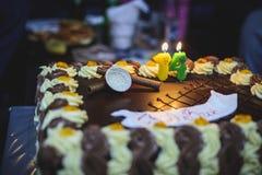 Durcit l'anniversaire avec du chocolat une crème, endroit pour le nom photos stock