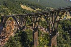 Durdevica Tara Bridge situada nas estradas transversaas entre Mojkovac, Zabljak e Pljevlja, Tara Canyon, Montenegro foto de stock
