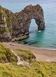 Durdle门-在Durdle门的空的木瓦海滩在多西特,联合王国侏罗纪海岸  免版税库存照片