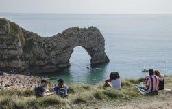 Durdle门-海滩、大海和石灰石成拱形 免版税库存图片