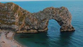 Durdle dörr - en berömd gränsmärke på kusten av Devon nära Dorset arkivfilmer
