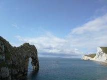 Durdledeur in Dorset, Engeland - kalme overzees en blauwe hemel royalty-vrije stock foto's