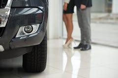 Dure auto en onherkenbare klanten royalty-vrije stock fotografie