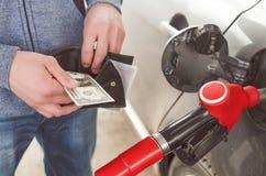 Dure brandstof Niet genoeg geld voor benzine stock foto's