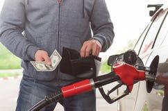 Dure brandstof Niet genoeg geld voor benzine royalty-vrije stock afbeeldingen