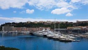 Dure die jachten in haven, jachtclub in Europese toevlucht, privé-bezit worden geparkeerd stock video